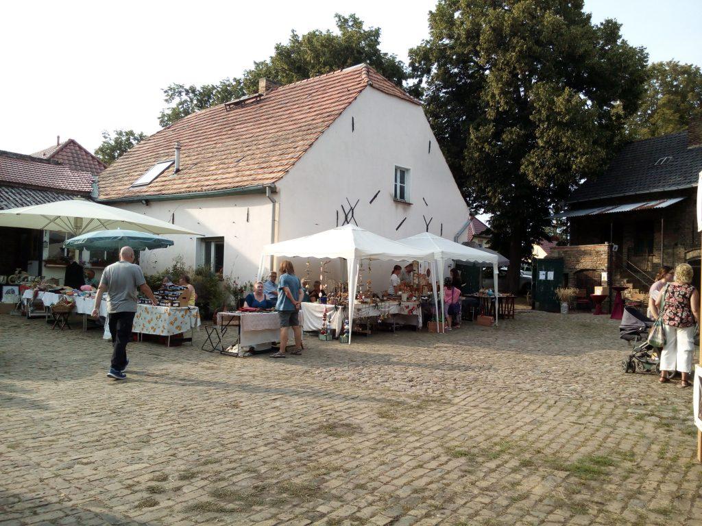 Bunte Stände beim Zossenhofer Kunstgewerbemarkt 2021